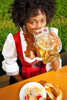 ビールを飲みながらギャザースカートの女性