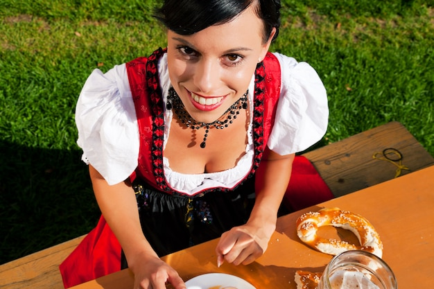 笑顔のギャザースカートの女性