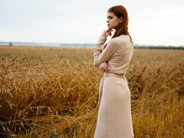 들판 자연 농업 자유 드레스를 입은 여성