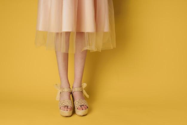 ドレスレッグシューズの女性が魅力的な黄色のファッションに見える