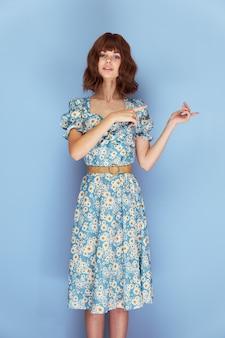 ドレスを着た女性lookforwardは、短い髪の側面を指しています