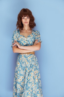 ドレスを着た女性先を見据えて、あなたの前に手をかざす魅力的な表情