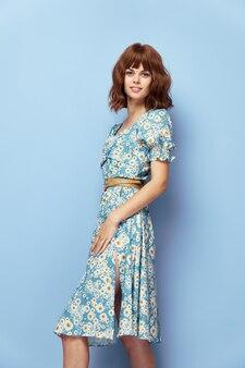 ドレスの女性短い髪の笑顔スタイリッシュな服夏服