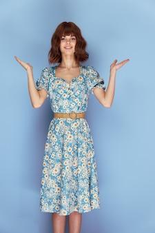 ドレスを着た女性夏服ブルーの横に手を笑顔