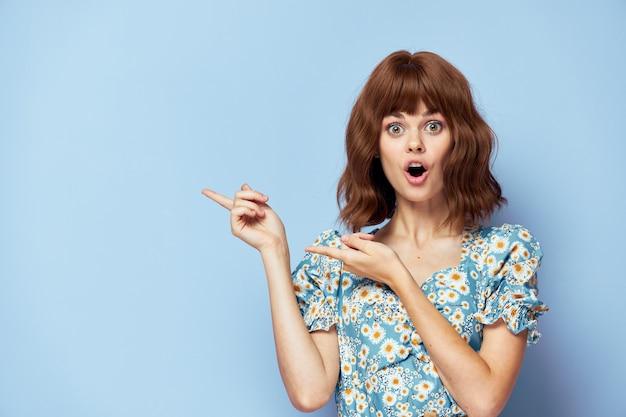 ドレスを着た女性驚きの視線指ジェスチャーコピースペース短髪夏服