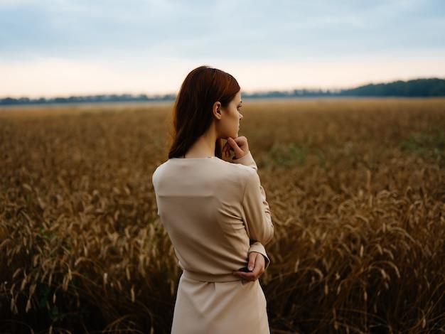 여자 드레스 산책 밀 풍경 신선한 공기