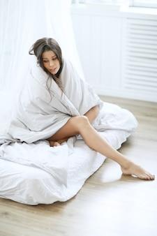 Женщина в пуховом одеяле