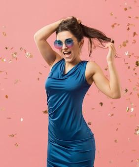 パーティーでサングラスをかけているエレガントなドレスの女性