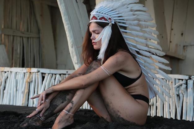 Женщина в этническом образе вождя индейцев