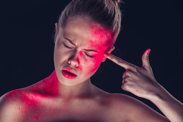 幻想的なメイク、赤い粉、暗い肌の女性