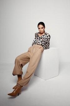 ファッション服ヒョウシャツグラマー明るいメイクの女性
