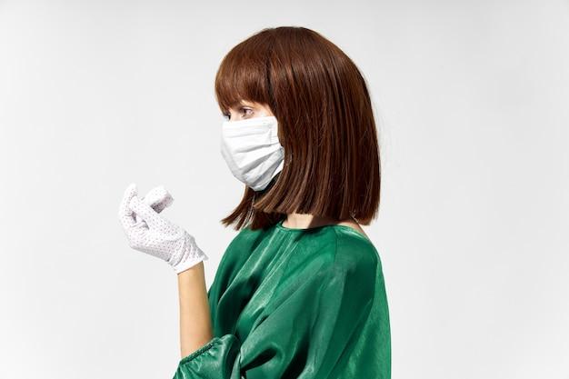 医療マスクウイルスcovid-19でポーズをとってファッションドレスを着た女性。高品質の写真