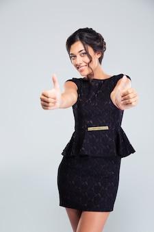 Женщина в модном платье показывает палец вверх