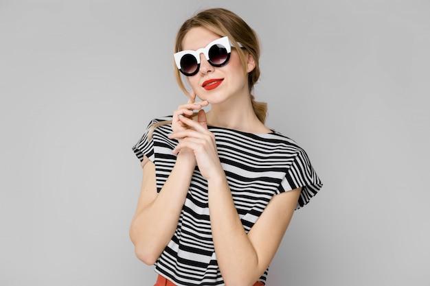 Женщина в модной одежде и солнцезащитные очки