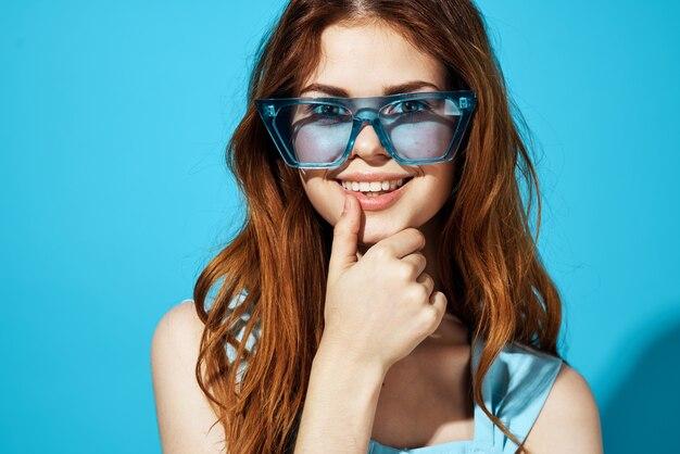 유행 안경 파란색 배경 라이프 스타일에 여자