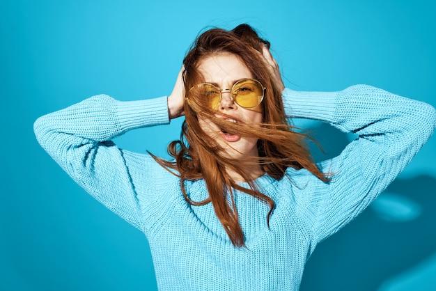 ファッショナブルなメガネの女性は、背景を分離しました。高品質の写真