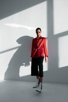 유행 빨간 재킷과 바지 가을 신발 라이트 룸에서 여자.