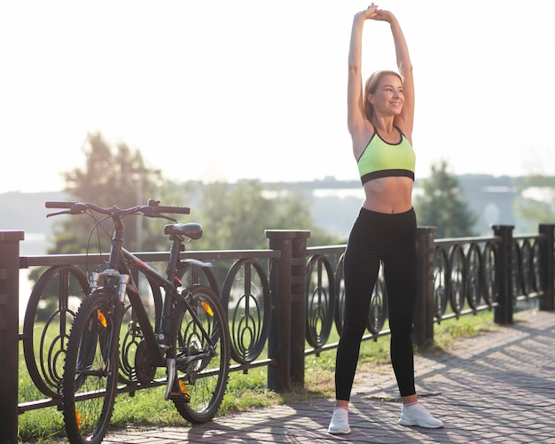 Женщина в фитнес-одежде растяжения