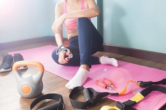 Женщина в фитнес-тренировки одежды дома