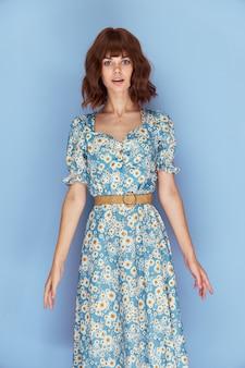 花のドレスを着た女性短い縫い目を楽しみにして