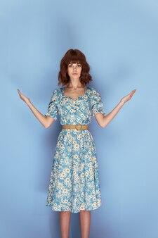 花のドレスを着た女性はあなたの前であなたの手を保持しています