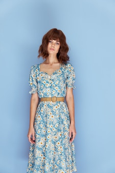 花のドレスを着た女性スタジオショートヘアブルースペースを楽しみに