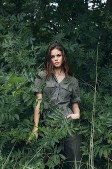 森の緑のジャンプスーツの新鮮な空気の女性クローズアップ