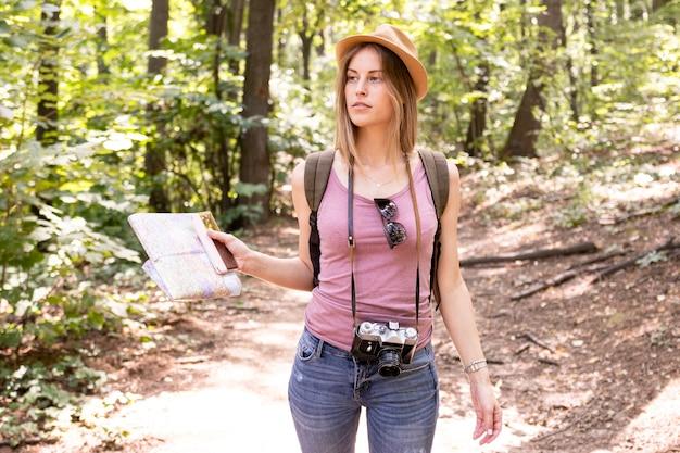 Женщина в лесу смотрит в сторону