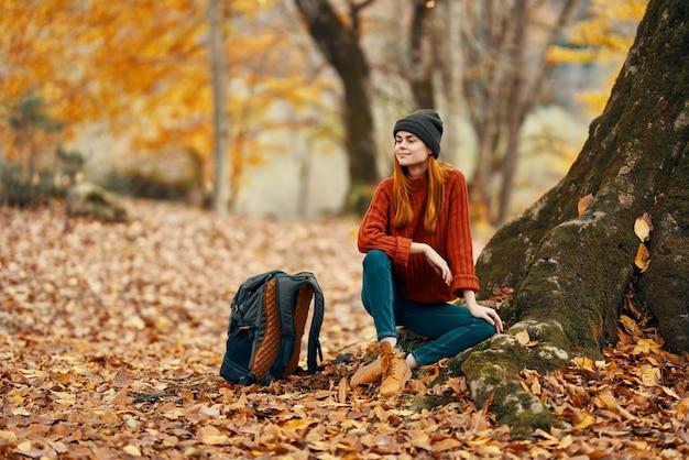 木の旅行自然の近くの森の黄色の葉の女性