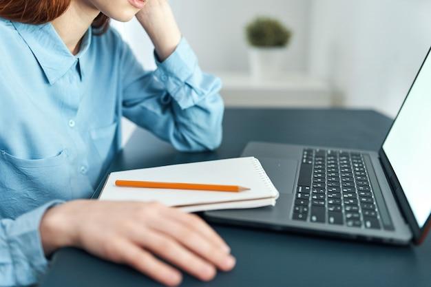 Женщина перед менеджером образа жизни усталости работы ноутбука