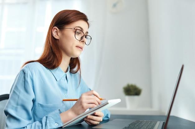ノートパソコンの仕事技術通信関係者の前の女性