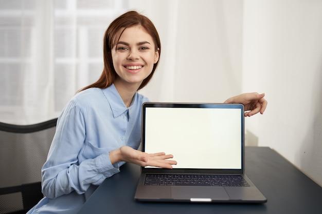 Женщина перед ноутбуком работают технологии связи официальный