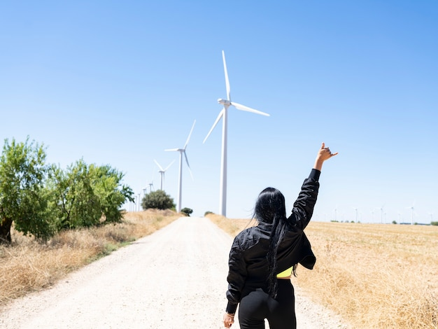 Женщина перед экологией ветряных турбин