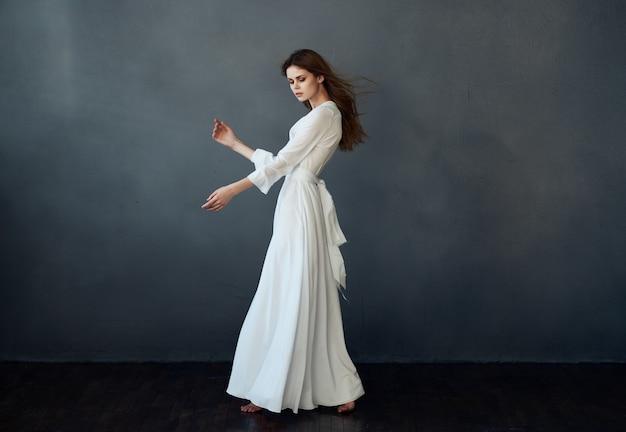 전체 길이 드레스 포즈 댄스 어두운 배경에서 여자. 고품질 사진