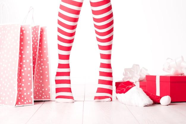 面白い靴下を履いた女性。クリスマスのコンセプト
