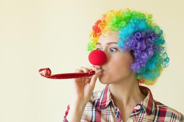4 월 1 일을 축하하는 재미있는 가발을 쓴 여자 고품질 사진
