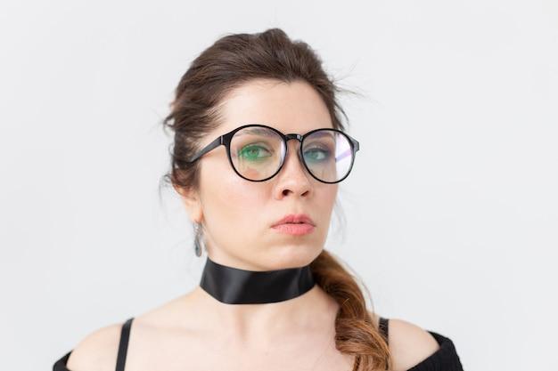 안경에 흰 벽에 초커 여자