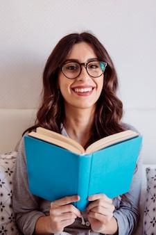 ベッドで読書する女性の女性