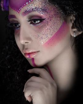 光沢のあるピンクのファッションメイクの女性