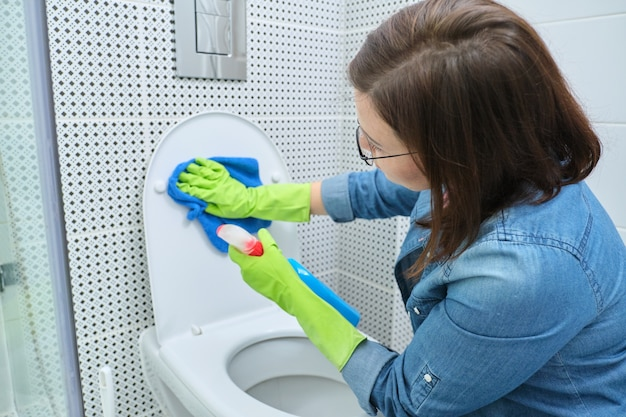 걸레와 세제 청소 변기와 장갑에 여자, 욕실에서 집 청소