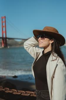 ゴールデンゲートサンフランシスコカリフォルニアの女性