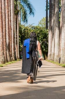 브라질 리우데자네이루에서 졸업복을 입은 여성.