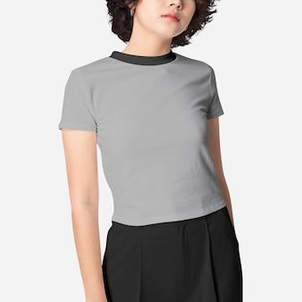 灰色のクロップトップファッション撮影の女性