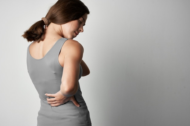 회색 티셔츠를 입은 여성 건강 문제 관절 통증 불편
