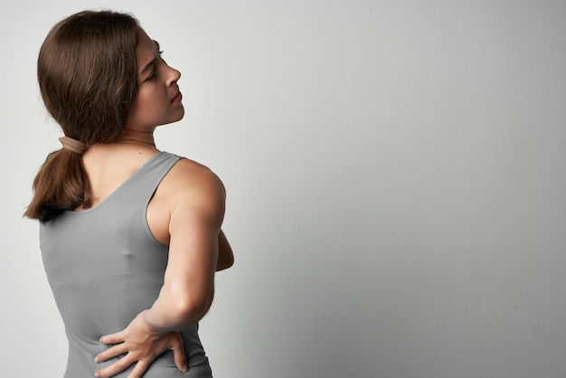 灰色のtシャツの健康上の問題関節痛の不快感の女性