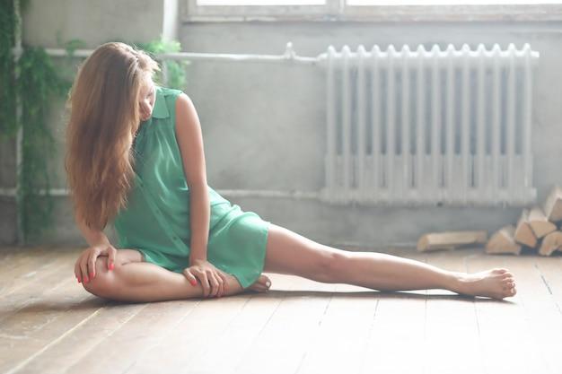 Женщина в зеленой одежде