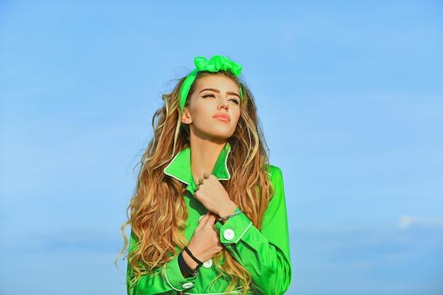 녹색 코트에 여자입니다. 계절 패션. 텐디 옷. 여름 봄 소녀입니다.