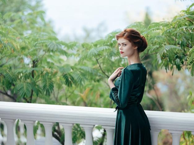 공원 로맨스 럭셔리 자연에서 녹색 드레스에 여자