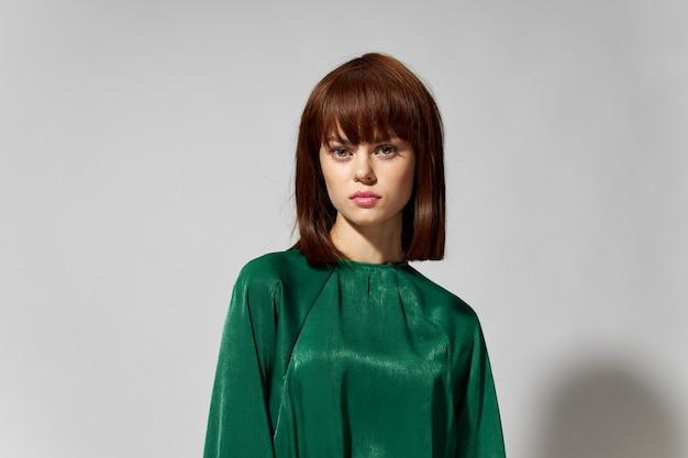 緑のファッショナブルなドレスを着た女性