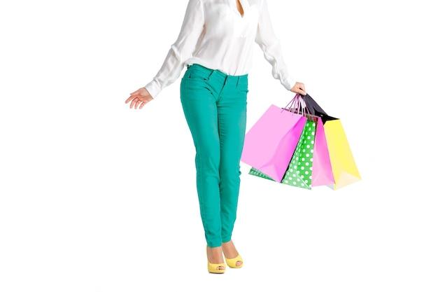 쇼핑 가방 흰색 배경에 고립 된 녹색 바지에 여자